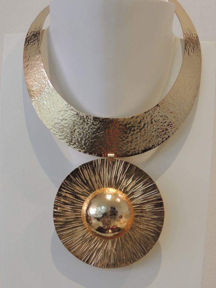 Collar gargantilla en bronce con baño en oro.