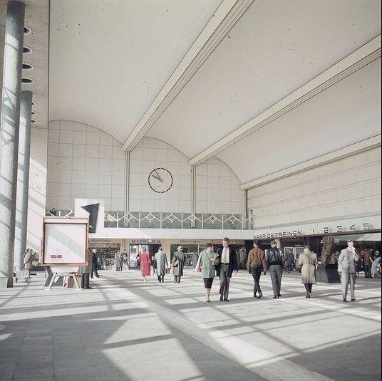 Rotterdam CS. Het door de architect Sybold van Ravesteyn ontworpen gebouw werd in 1957 geopend en was onderdeel van de wederopbouw van Rotterdam. Het gebouw werd in 2007 gesloten en het jaar erop gesloopt om plaats te maken voor de nieuwbouw.
