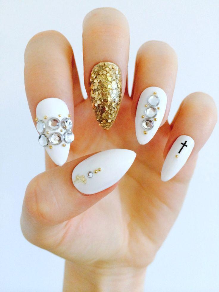 Nägel in Weiß-Gold mit einarbeiteten Glitzern und Strasssteinen