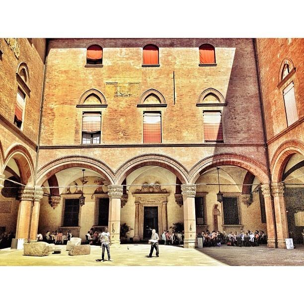 Nel Cortile d'Onore di Palazzo d'Accursio il pranzo per persone bisognose... #bologna #succedesoloabologna - @ariannabologna- #webstagram
