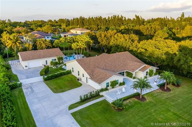 Move In Ready Just Perfect Davie Luxury Main Home Guest Home 6 Car Garage Over An Acre Of Land Susan Penn Garage Guest House Modern Luxury Guest House