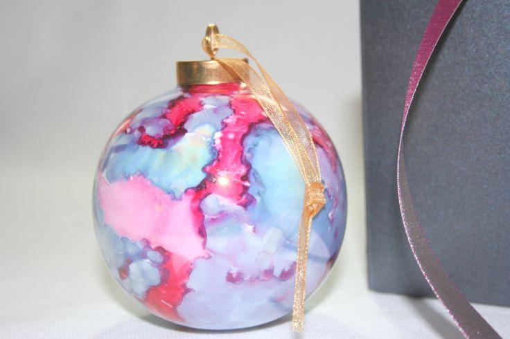 Boule de Noel en porcelaine, couleur carmin irisé : Accessoires de maison par natalie-baltenweck