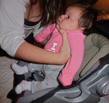 Esta es la forma correcta de utilizar el cinturón y silla de auto para bebé: Posiciona al bebé
