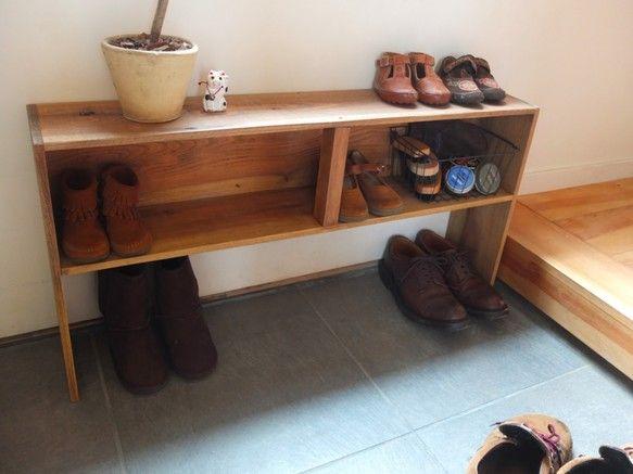 長い箱に足を付けました。文庫本サイズの本棚や小さい子供用の靴箱など、特に用途は決まっていませんが、奥行きが少ないので玄関周りや机の上に置いても圧迫感が少ないです。よろしければ使ってみて下さい。横幅と足の長さのオーダーも可能です。(別途お見積もり)写真4枚目は上に長い箱を乗せて二段にしています。無垢の木を使っています。荒材に軽くサンディングしてブライワックスとオスモカラーで仕上げました。大きさ 横幅92.5cm 高さ45cm 奥行き17.5cm中の大きさ 横幅90cm 高さ18cm 奥行き16cm