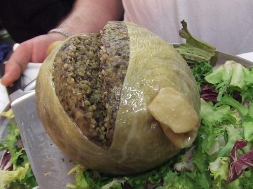 Haggis Haggis или бараний рубец. Так называется известное шотландское национальное блюдо, представляющее из себя измельченные и сваренные в бараньем желудке сердце, легкие и ливер животного.