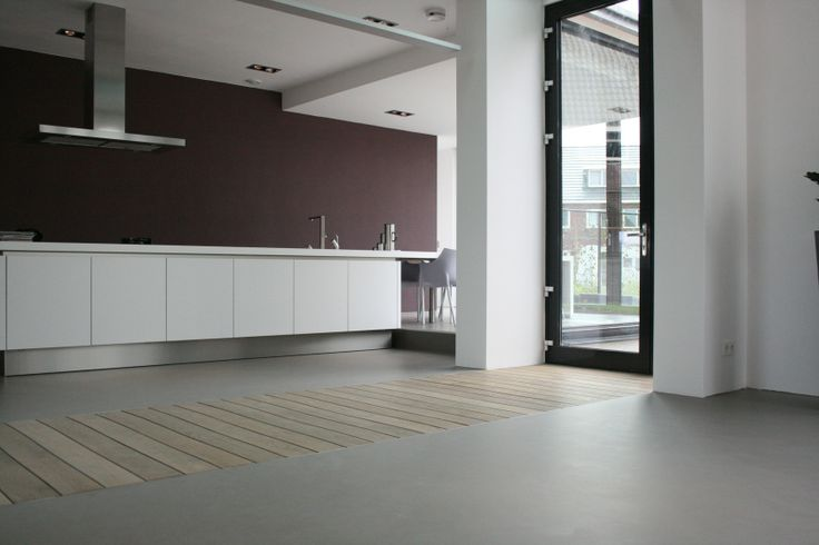 Senso Gietvloer | gietvloer.nl. Senso gietvloer in combinatie met houten vloerdelen op gelijke hoogte.