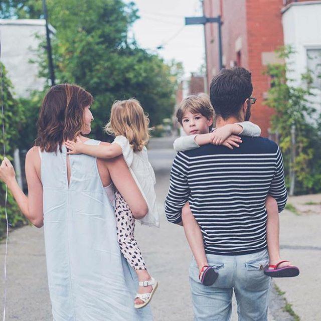 Photo de famille lifestyle dans la ruelle -- Lifestyle family picture