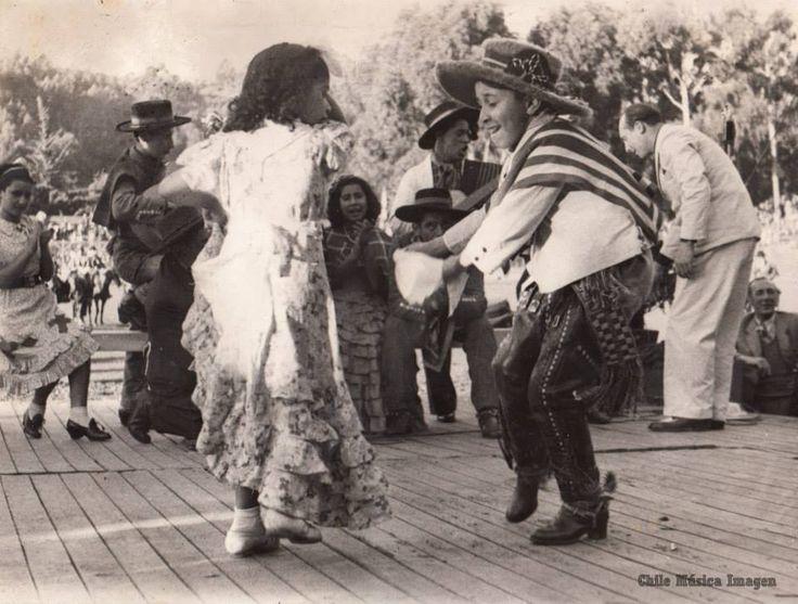 1940. FBK Chile Música Imagen. Mi padre, Oscar Olivares, bailando cueca.
