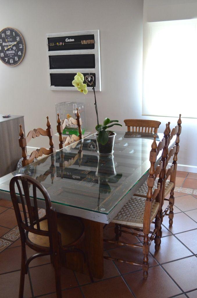 Puerta convertida en mesa! espectacular con un cristal, y las patas son tres tablones unidos, ya subiré otra foto que se aprecien mejor! :D