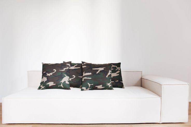 """Divano Hummer dalle linee forti e molto marcate. Rivolto ad una clientela che vuole stravolgere l'idea di un divano ordinario. La caratteristica che cattura l'attenzione è sicuramente la cucitura a """" pizzicotto"""" che da un tono decisamente particolare all'immagine dell'elemento."""