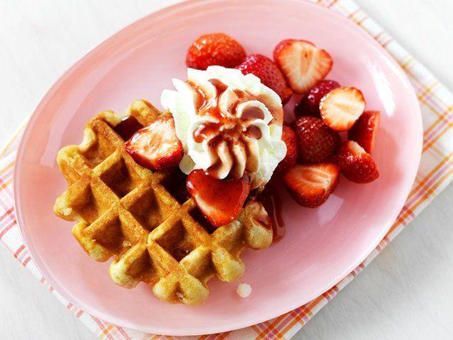 Luikse wafels met aardbeien en slagroom  -  Wie kent ze niet, de overheerlijke Luikse wafels? Maak ze met dit wafel recept en garneer de wafels met aardbeien en slagroom, eet smakelijk!