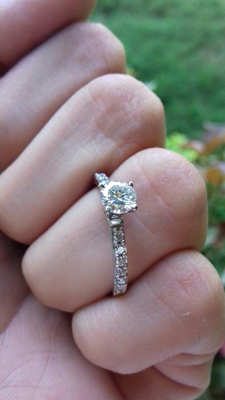 Esta pieza es una clásico de los modelos mas populares en el mundo del diseño de joyas, este anillo de compromiso esta hecho en oro blanco de 14 kilates su piedra central es un bello diamante natural de 0.45 ctw corte Redondo color F, con claridad VS1-VS2, en el cual lo sujeta una banda delgada y elegante con 7 incrustaciones de circonias europeas de cada extremo, haciendo un total de 0.12 ctw solo en la banda.  *Disponible en todas las tallas  Garantía de por vida  Certificado de…