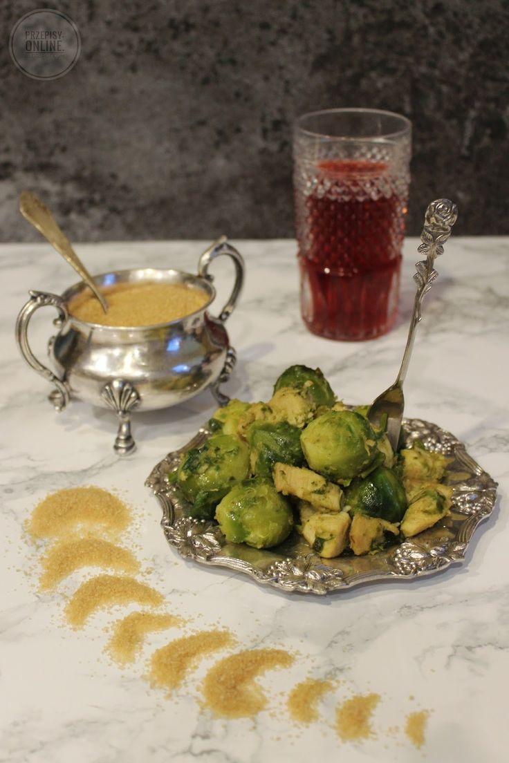 Brukselka zasmażana z piersią z kurczaka przyprawiona czubrycą w połączeniu z musztardą i cukrem trzcinowym zyskuje ciekawy smak. Czubr...
