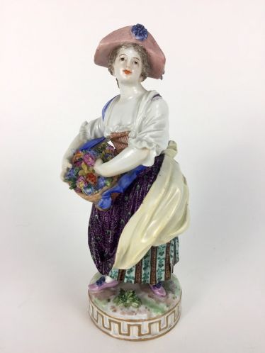 Blumenfrau / Gärtnerin mit Blumenkorb: Meissen Porzellan, Marcolini-Zeit, 18. Jh. / Barock, sehr selten, sehr gut.