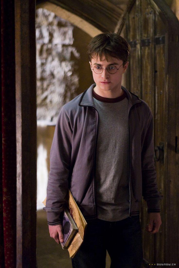 Dit is Harry Potter, het hoofdpersonage in het boek. Hij is een tovenaar en zit op Zweinstein. Hij heeft zwart haar en op zijn voorhoofd heeft hij een bliksemvormig litteken. In dit boek zit hij in zijn zesde jaar op Zweinstein en komt hij meer te weten over de jeugd van Heer Voldemort. Harry Potter probeert in dit boek ook te bewijzen dat Draco Malfidus een dooddoener, een dienaar van Heer Voldemort, is.
