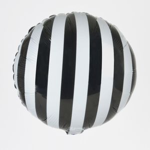 Un ballon métallisé blanc à rayures noires parfait pour Halloween ou pour un anniversaire moderne en noir et blanc !Chaque pastille mesure 34cm de diamètre.  ATTENTION : Ne gonflez pas trop le ballon, il risque d'exploser ! Les ballons se gonflent avec une pompe ou une paille ; ils ont un mécanisme de fermeture automatique. Pour un gonflage à l'hélium, il faut demander au loueur ou vérifier lors de l'achat de la bombonne qu'il y a un embout très fin.