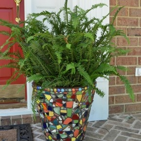 Great idea to mosaic a pot using leftover pieces :)