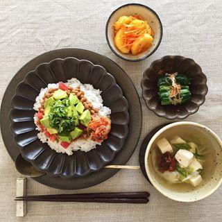 納豆のっけ丼で おはようございます☺︎ 一見 タコライスに見えませんか👀 写真じゃ伝わらないと思いますが アボカドが🥑驚くほど カッチカチ💪😑でした…そんな 歯応えのあるアボカドとスタートしました 2017年10月も宜しくお願い致します🙇♀️ 。 ・納豆のっけ丼(納豆 トマト アボカド キムチ 青じそ ごま油) ・柿とキャロットラペのサラダ ・小松菜のお浸し ・ねぎと豆腐の梅スープ で、ごちそうさまでした🙏 。 #breakfast #foodpic #onthetable #foodphoto #foodstagram #japanesefood #朝ごはん #あさごはん #朝食 #和食 #ワンプレート #ワンプレート朝ごはん #ワンプレートごはん #うちごはん #和ンプレート #おうちごはん #豊かな食卓 #器 #うつわ #うつわ好き #器好き