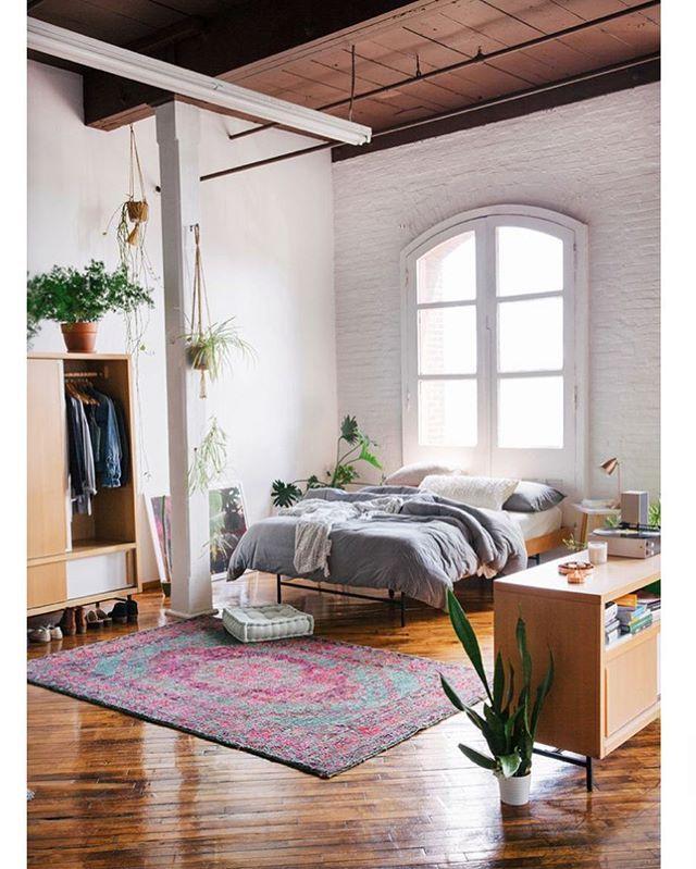 Les notes rosées du tapis viennent dynamiser le coin nuit · tapischambresidées de décoration