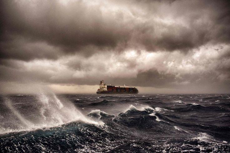 Stürmische See: Ein Containerschiff schippert wenige Kilometer vor der Küste...