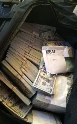 Dinheiro achado no avião da TAAG contínua sem dono e quantia encontra-se ainda retido no Banco Nacional de Angola http://angorussia.com/noticias/angola-noticias/dinheiro-achado-no-aviao-da-taag-continua-sem-dono-e-quantia-encontra-se-ainda-retido-no-banco-nacional-de-angola/