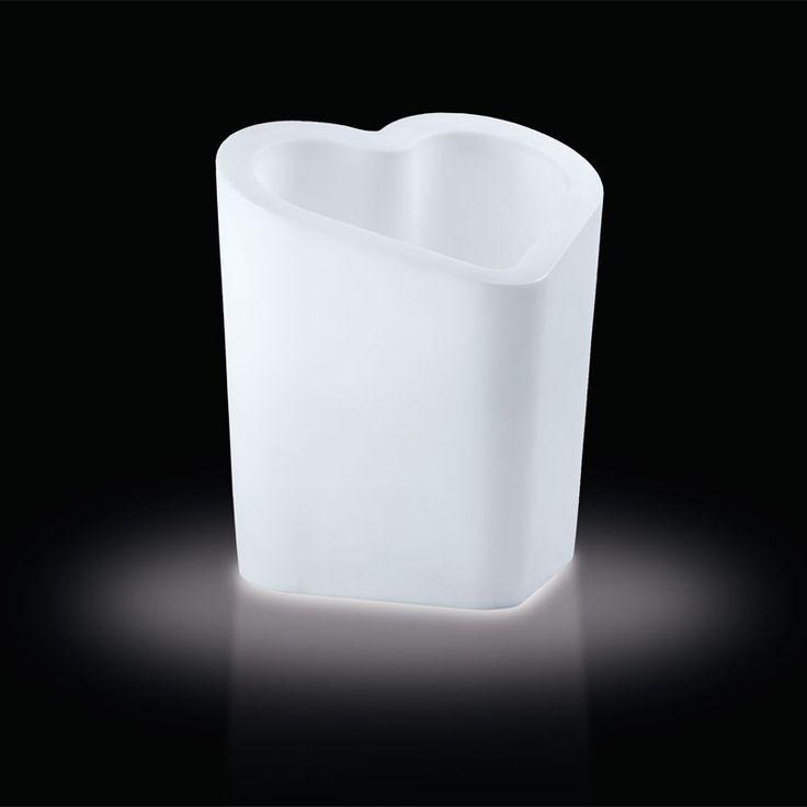 SLIDE srl | MON AMOUR LIGHT disegnato da Alex Sacchetti, è un oggetto d'arredo sia per gli interni che per gli esterni, utilizzabile come vaso ma anche come portabottiglie/ghiacciaia