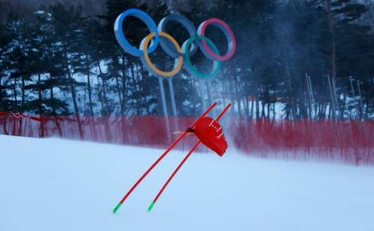"""JO dhiver 2018: à Pyeongchang le vent rend fou athlètes et organisateurs - A lépoque commentateur sur France Télévisions Pierre Fulla y avait gagné une notoriété nationale grâce aux Guignols de linfo qui parodiaient chaque soir sa façon de combler lantenne en labsence dépreuves. Certes on est encore loin du scénario de Nagano. - http://ift.tt/2BUysYo - \""""lemonde a la une\"""" ifttt le monde.fr - actualités  - February 11 2018 at 08:10PM"""