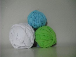 making t-shirt yarn - easy tutorial on how to upcycle old t-shirts