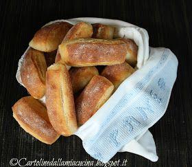 Sarà per la mia natura meridionale ma per me il pane ha il profumo della semola. Questi sono i panini che ho sempre cercato di riprodurre s...