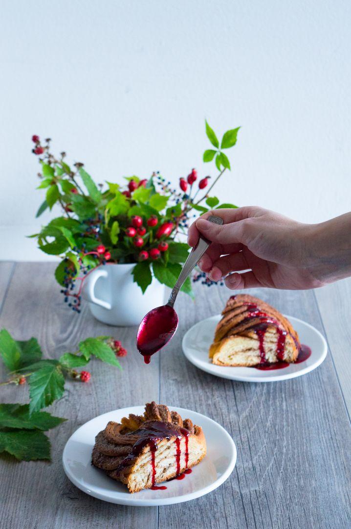 Estonský kringel s chai náplní a ostružinovým sirupem/Estonian kringel with chai filling and blackberry syrup