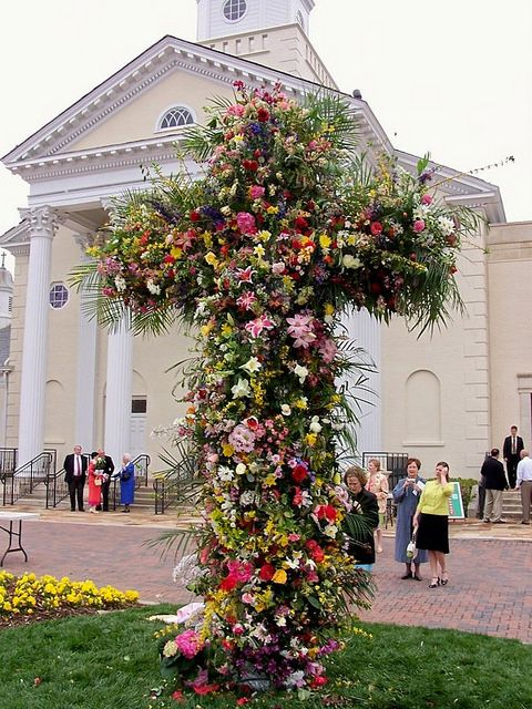 Things That Inspire, a cross done in flowers outside of the church