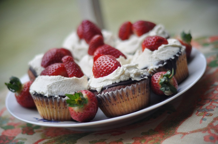 Yummy strawberry marzipan cupcakes. emilysalomon.dk