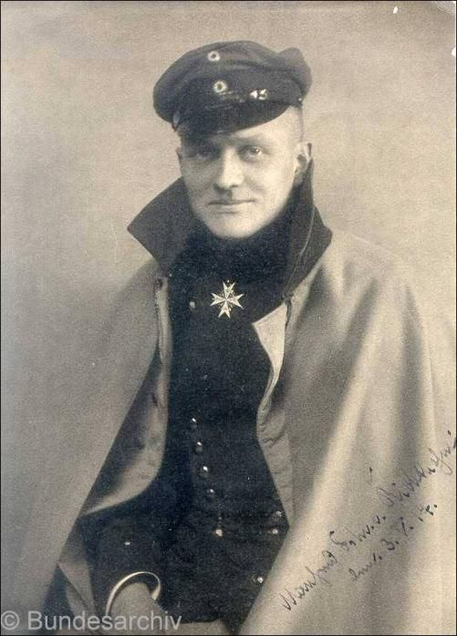 In addition to providing the date of this photo of Manfred von Richthofen, bundesarchiv helpfully provides the timeline of the editions of Der rote Kampfflieger.