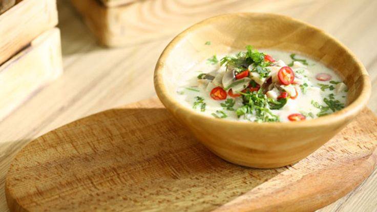 Tavuklu Hindistan Cevizi Çorbası: Malzemeler: 1 litre Hindistan cevizi sütü, 2 su bardağı tavuk suyu, 4 adet çili biber, 1 adet havlıcan kökü (ince kıyılmış), 1 tutam taze zencefil, 2 adet tavukgöğsü (inde doğranmış), 1 su bardağı mantar, 10 adet yeşil limon yaprağı (ince kıyılmış), 1 su bardağı taze kişniş (ince kıyılmış), 3 yemek kaşığı limon suyu, 2 yemek kaşığı esmer şeker, 2-3 diş sarımsak