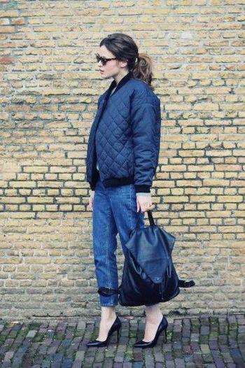 「ネイビーカラーのブルゾンタイプのキルティングジャケット」にはボーイフレンドデニムとパンプスを合わせて。ミリタリー感あるブルゾンタイプのキルティングジャケットはオーバーサイズにパンプスを合わせて女性らしいスタイルに。ヒールが苦手なママはヒール低めでもOKです♡