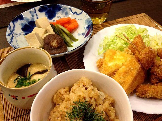 豚肉のフライは豚バラをクルクル巻いてフライにしました。 炊き込みご飯は、コンソメと醤油で炊き込んで、最後にバターを混ぜました。 - 177件のもぐもぐ - ゆかちゃんのハムチーズはんぺんフライ、玉ねぎフライ、豚肉フライ、醤油麹茶碗蒸し、高野豆腐の煮物、和洋炊き込みご飯 by masako522