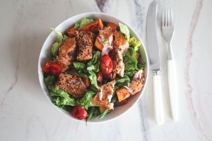 Ovnsbakt laks med linsesalat, søtpotet og cherrytomater er både superdigg og enkelt å lage.