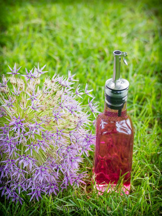Ik ben dol op eetbare bloemen!  Hier het recept voor mooie roze bieslookbloemen-azijn. © www.tastyshot.nl