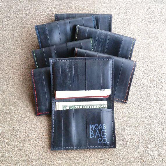 Mens minimalistischen Brieftasche aus recycelten Fahrradschläuchen hergestellt. Sehr schlank und langlebig, mit ein geschmeidiges Gefühl. Eine tolle Alternative zu Fett, klobigen Brieftaschen. Fahrrad Schlauch Kautschuk ist leicht dehnbar, so diese Geldbörse gestreckt wird, um ein wenig mehr passen, doch noch leicht in Taschen hinten rutscht.   -Ca. 5 3/4 x 4 (15 x 10 cm) -Drei Taschen passen mehrere Kreditkarten und gefalteten Bargeld -Thread-Farben: rot, blau, grün, orange, grau, gelb,...
