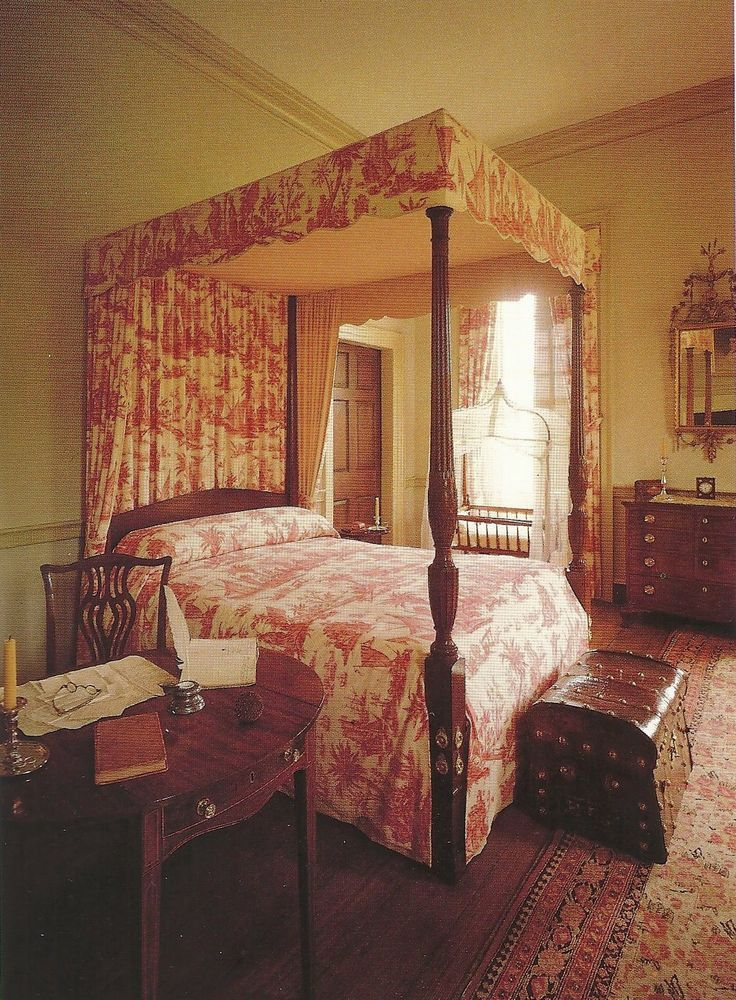 Typical Traits Of Colonial Revival Interiors Are Mahogany Finished Furniture And French Themed Toile As Fabrics Rooms Less Cluttered Lighter With