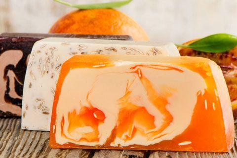 Seife herstellen - Seifen-Rezept: Marmorierte Seife mit Blutorangenduft - Anleitung: Die Seifenflocken werden im Wasserbad geschmolzen und mit dem Jojobaöl und ...