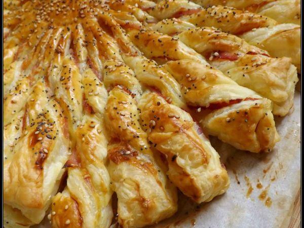 Soleil feuilleté  2 pâtes feuilletées (à dérouler) 2 càs de moutarde douce d'Alsace (grosses càs) 2 càs de fromage frais (grosses càs ; type St Moret) 3 tranches de jambon (ici braisé) Gruyère râpé 1 oeuf Graines de sésame Graines de pavot