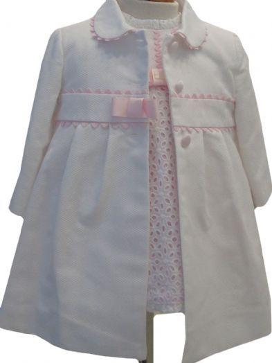 Abrigo de piqué con capota para niña blanco con camel.