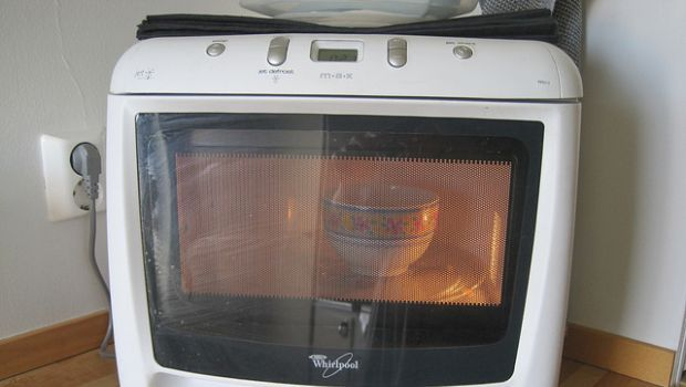 Come pulire e disinfettare il forno a microonde