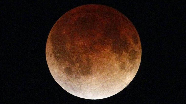 ¿Dónde y cuándo ver el único eclipse total de la mayor superluna de la década?  Publicado: 23 sep 2015. Edgard Garrido / Reuters  Este fin de semana tendrá lugar un evento astronómico que no se pueden perder: la mayor superluna del año se teñirá de rojo por el eclipse total. Es algo que sucede solo una vez cada casi 20 años. ¿Dónde y cuándo se podrá ver?  En la noche del domingo 27 de septiembre al lunes 28 de en el cielo se podrá ver un singular fenómeno astronómico que sucede solo una vez…