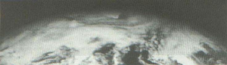 klick mich   Aufnahme des Nordpols (?) von der Seite mit sichtbarem Einfall der Wolkendecke in die Polöffnung (NASA)