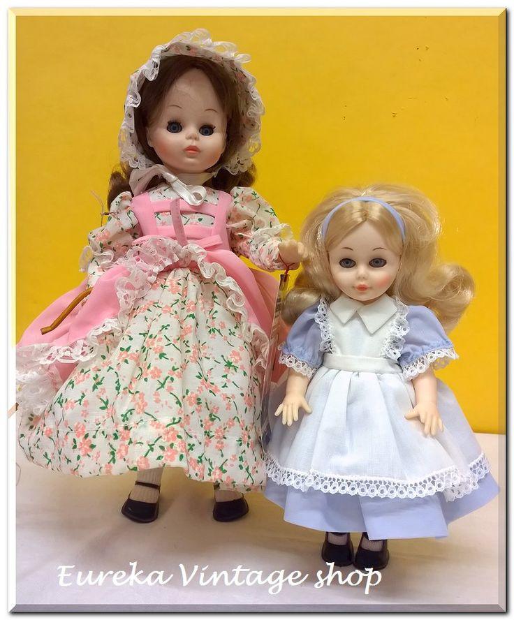2 κούκλες ΚΕΧΑΓΙΑ από την δεκαετία 1980's. Και οι 2 κούκλες είναι σε άψογη κατάσταση σαν να έχουν βγει μόλις από το κουτί τους. Φτιαγμένες ολόκληρες από καλής ποιότητας βινύλιο, φοράνε πλούσια και προσεγμένα ρούχα
