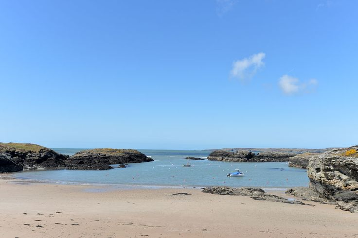 Trearddur Bay on Anglesey is just gorgeous! Sand, rockpools...it's got so much to offer families. #northwales #anglesey #beach