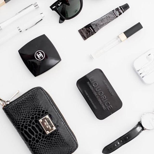 Details from my bag ❤️  .  .  ..  #flatlay #flatlays#michaelkors #lakrids#danielwellington #alchemist#chanel#fashion#rayban#parker#beauty#onthetableproject