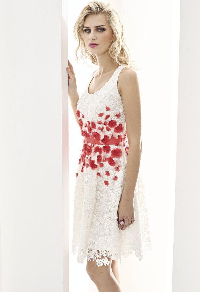 ESSENTIAL 07520 Vestido corto en guipur y flores en chiffón con escote redondo y…